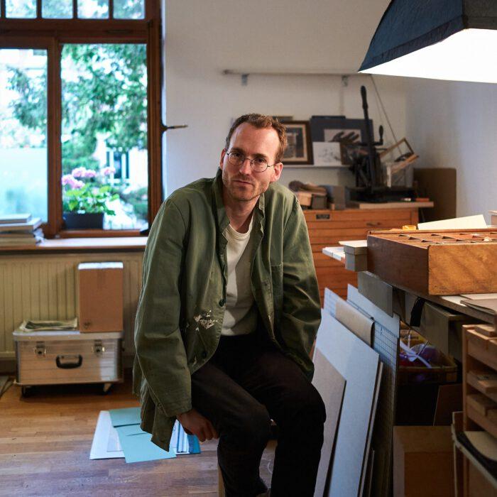 Felix Adam an seinem Arbeitsplatz im Künstleratelier