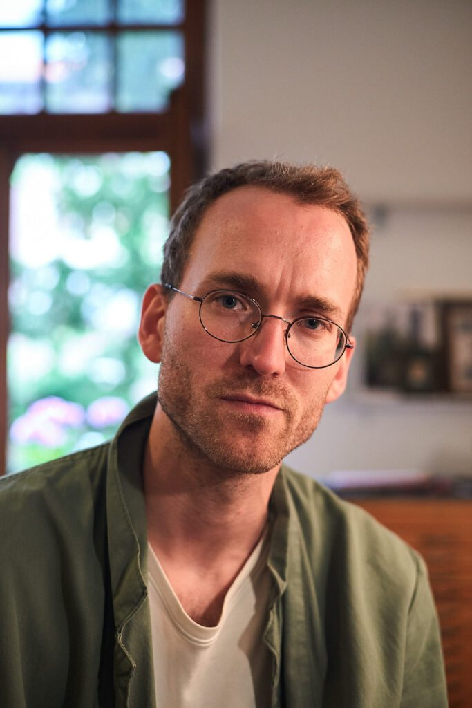 Portrait von Felix Adam im Atelier
